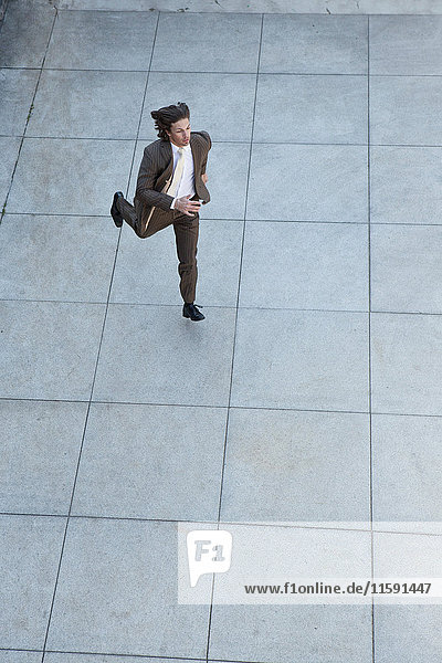 Geschäftsmann läuft auf dem Platz