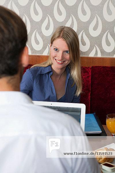 Ehepaar beim Lernen mit Laptop im Cafe