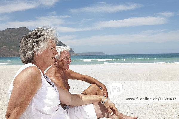 Älteres Paar entspannt am Strand