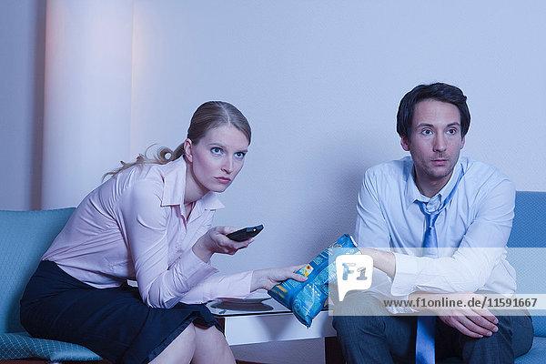 Paar im Hotelzimmer  beim Fernsehen