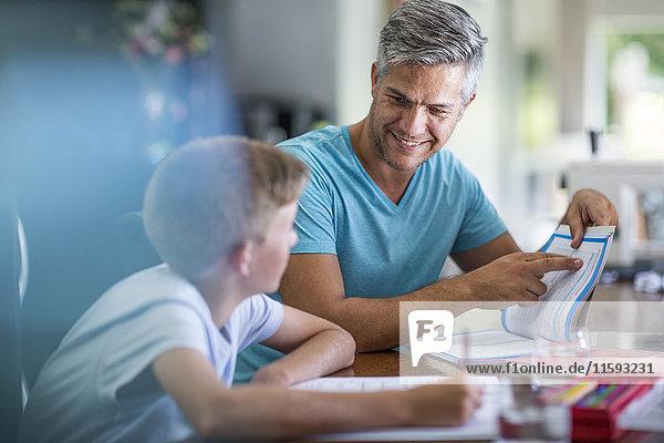 Vater hilft Sohn bei den Hausaufgaben