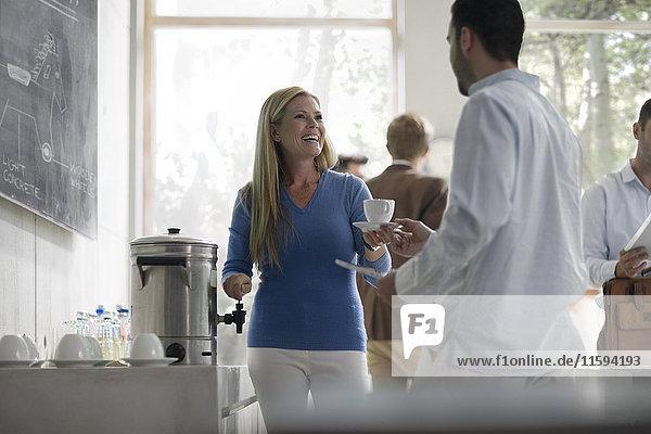 Geschäftsleute bei einem Meeting mit Kaffeepause
