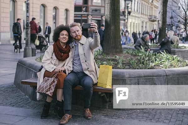 Ein Paar  das einen Selfie in der Stadt nimmt.