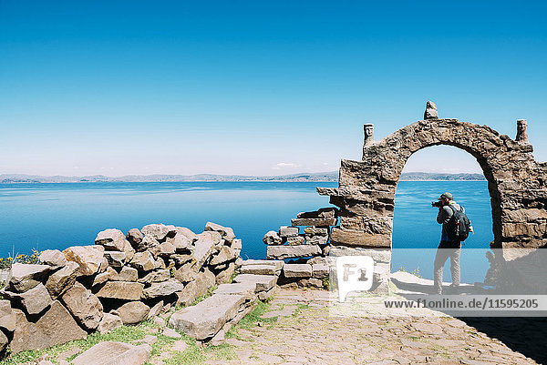 Peru  Titicaca-See  Taquile-Insel  Mann fotografiert den See