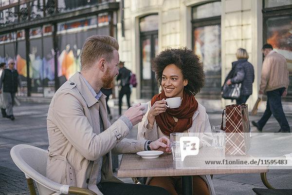 Glückliches Paar bei einem Kaffee in der Stadt