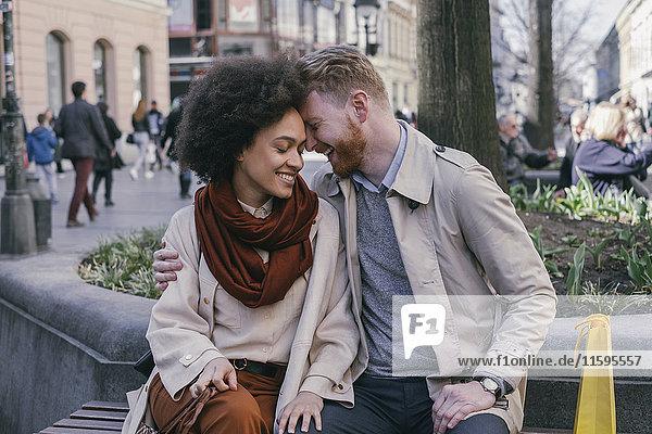 Glückliches Paar beim Einkaufen in der Stadt