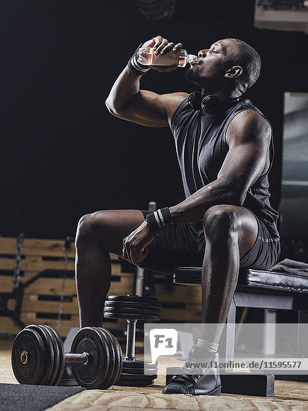 Sportler im Fitnessstudio entspannt nach dem Training