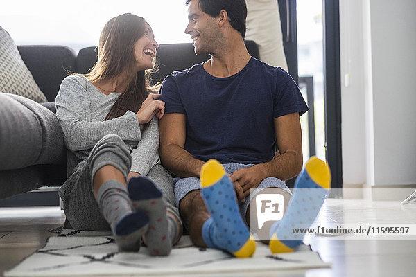 Ein glückliches junges Paar entspannt sich zu Hause