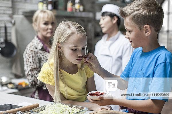 Kinder riechen Chili im Kochkurs