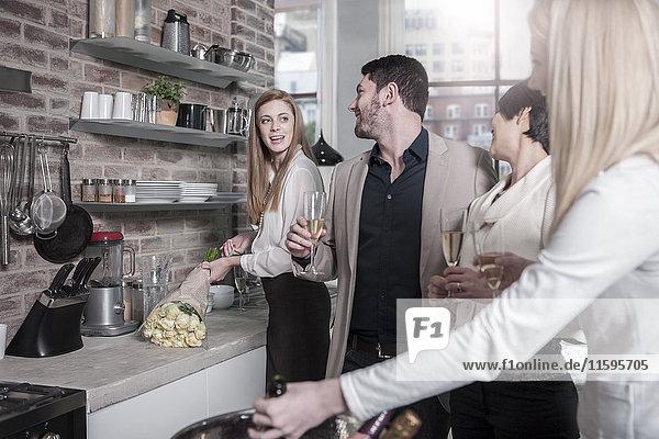 Freunde mit Champagnergläsern in der Küche