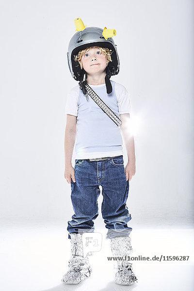 Porträt eines als Raumfahrer verkleideten Jungen
