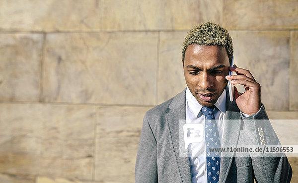 Geschäftsmann im Gespräch mit seinem Smartphone