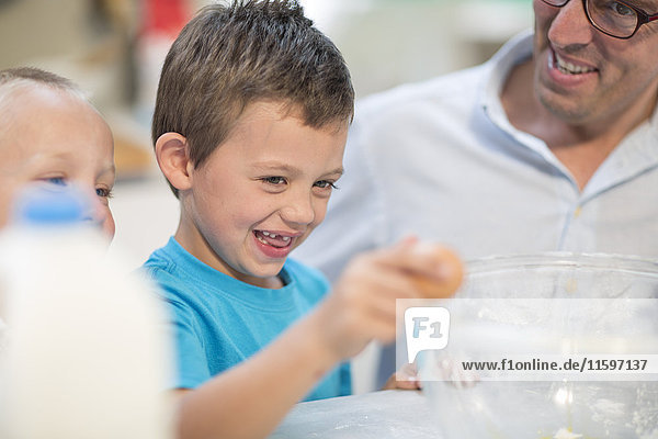 Junge hilft beim Kochen in der Küche