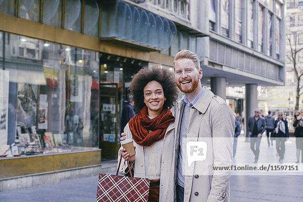 Porträt des glücklichen Paares beim Einkaufen in der Stadt