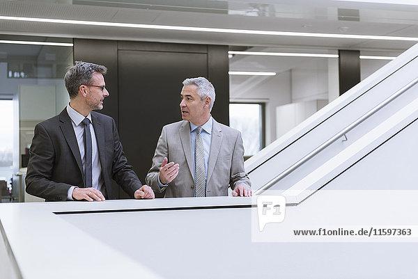 Zwei Geschäftsleute bei einem informellen Treffen