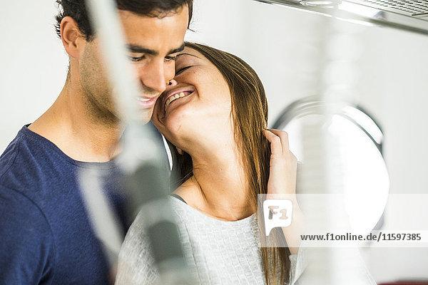 Verliebtes junges Paar zu Hause