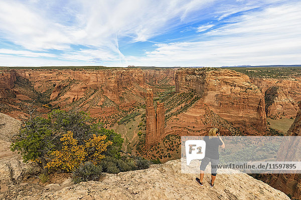 USA  Arizona  Navajo Nation  Chinle  Canyon de Chelly National Monument  Tourist bei Spider Rock Nadel