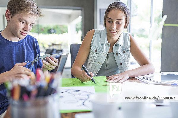 Junge und Mädchen arbeiten gemeinsam am Projekt Junge und Mädchen arbeiten gemeinsam am Projekt
