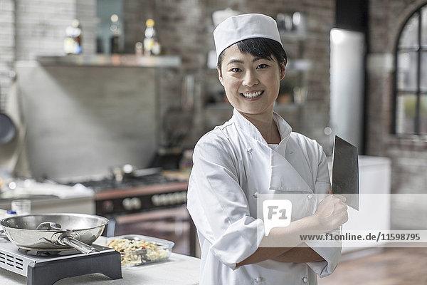 Porträt der lächelnden Köchin in der Küche