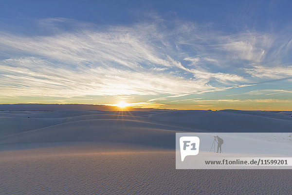 USA  New Mexico  Chihuahua-Wüste  White Sands National Monument  Männerfotografie