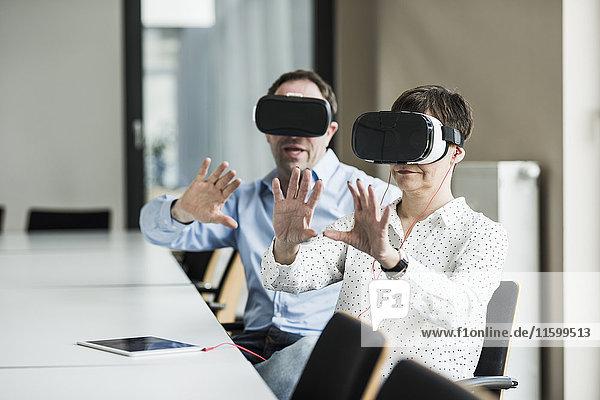 Geschäftsmann und Geschäftsfrau mit VR-Brille im Büro