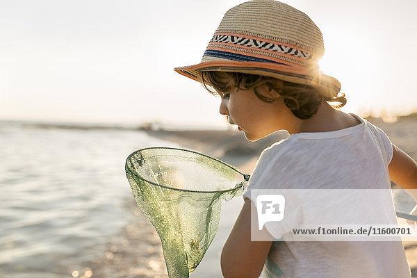 Spanien  Menorca  kleines Mädchen mit Tauchnetz am Strand