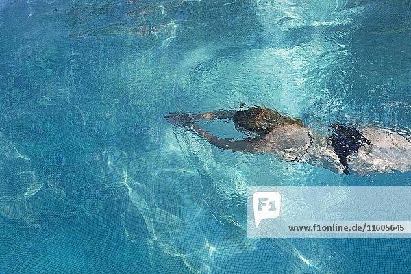 Hochwinkelansicht der Frau im Schwimmbad