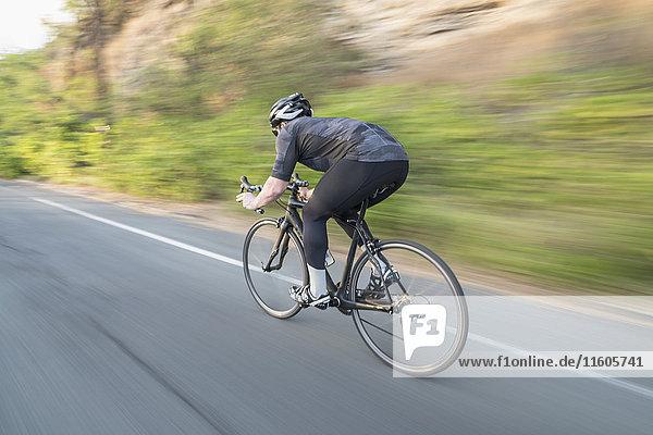 Bewegungsunschärfe beim Radfahren auf der Landstraße Bewegungsunschärfe beim Radfahren auf der Landstraße