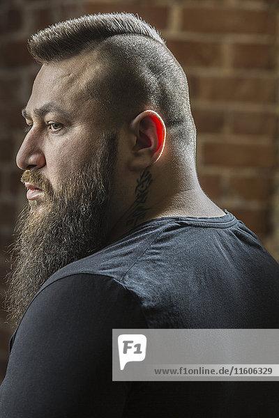 Nahaufnahme eines Friseurs mit Bart im Friseursalon