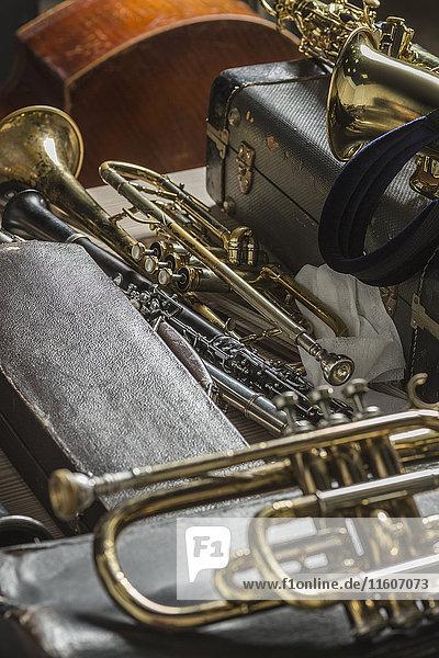 Hochwinkelansicht von Blechblasinstrumenten