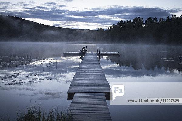 Pier am ruhigen See bei nebligem Wetter,  Järvsö,  Hälsingland,  Schweden