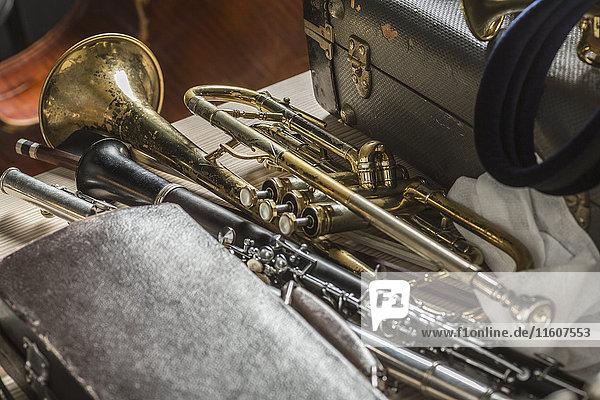 Hochwinkelansicht der Musikinstrumente auf dem Boden