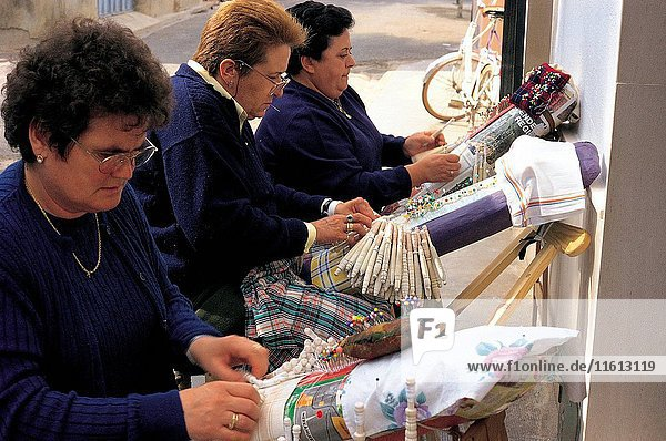 Craft industry Almagro Castile Spain CRAFTSMAN - EUROPEAN UNION - WORK - FABRICS - FOLKLORE - WOMEN - MANUFACTURING - LACE ITEMS - CRAFT INDUSTRY - PEOPLE - PROFESSIONS - EUROPE VDBRANDEN © REPORTERS / Eureka Slide