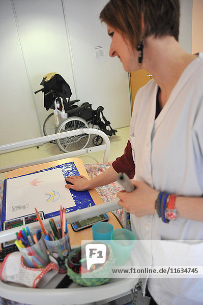 Reportage on art therapy in Ham hospital's long-stay unit  France. Art therapy sessions are offered to residents in order to maintain or rehabilitate their motor  cognitive and sensory functions as well as social ties. The art therapist attaches great importance to self-esteem. She considers that touch  contact and considerate gestures are vital for the success of the workshops.