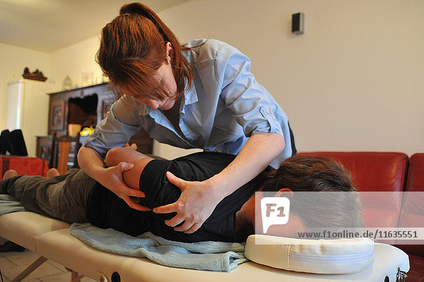 Reportage on an independent nurse trained in shiatsu. She carries out sessions at home. Shiatsu is a Japanese discipline which consists of stimulating the body through rhythmic pressure along acupuncture meridians.