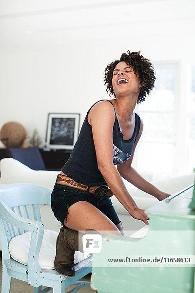 Frau spielt und singt am Klavier