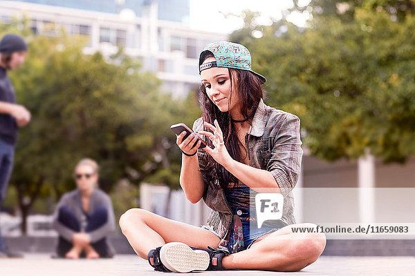 Tänzerin schreibt SMS auf Mobiltelefon