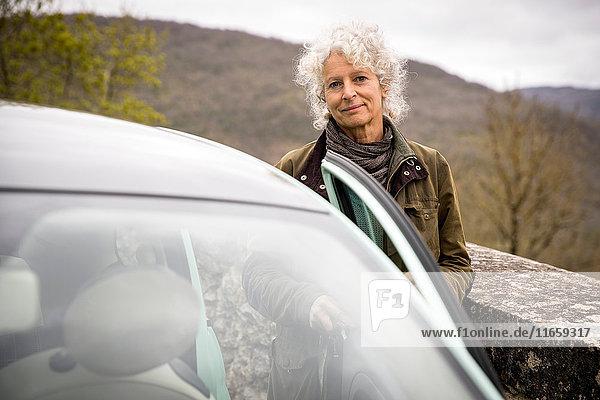 Frau steigt ins Auto ein