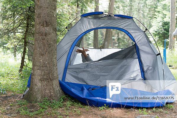 Die Hände eines Teenagers ragen aus dem Zelt  Washington  USA