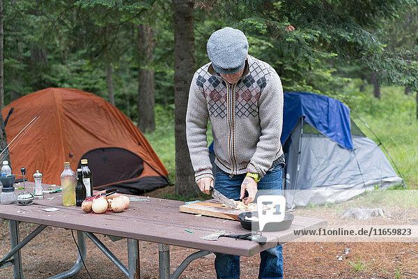 Reifer Mann bereitet auf dem Campingplatz Essen zu  Washington  USA