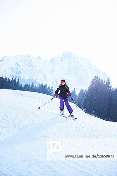 Teenagerin beim Skifahren auf der Skipiste  Gstaad  Schweiz