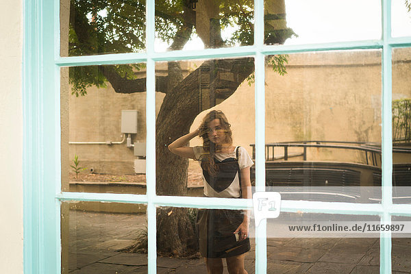 Spiegelung der Frau im Schaufenster