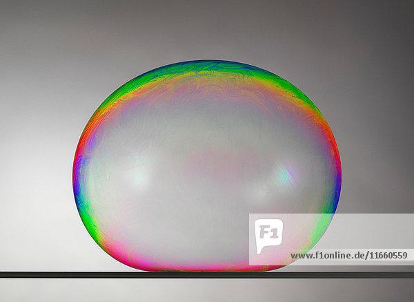 Stillleben einer großen Blase auf flacher Oberfläche