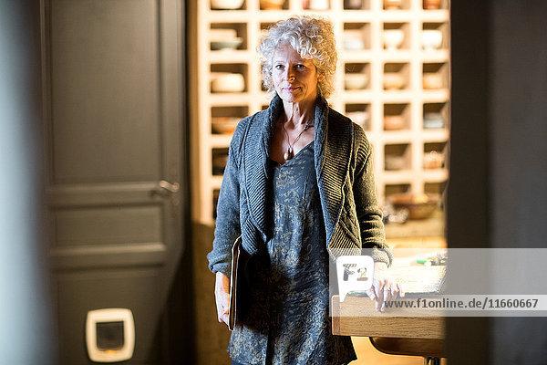 Frau in der Keramik-Galerie