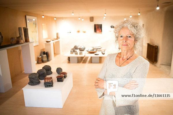Porträt einer Frau in der Keramik-Galerie