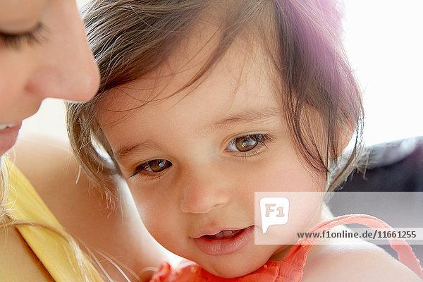 Nahaufnahme eines braunäugigen Mädchens und einer braunäugigen Mutter