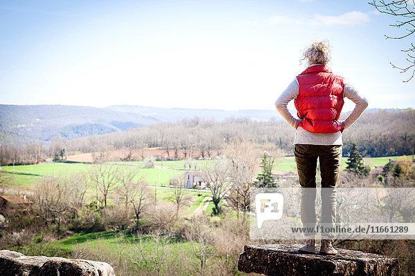 Rückansicht einer Frau  die in erhöhter Ansicht wegschaut  Bruniquel  Frankreich