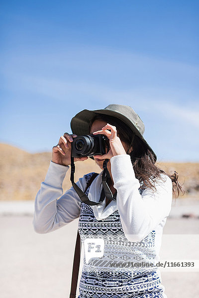 Fotografierende Frau  San Pedro de Atacama  Chile