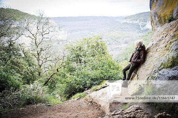 An einen Felsen gelehnte Frau  die den Blick abwendet  Bruniquel  Frankreich