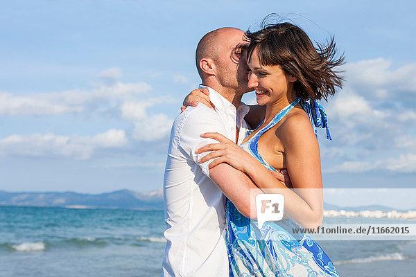 Umarmen und Küssen von Paaren am Meer  Mallorca  Spanien